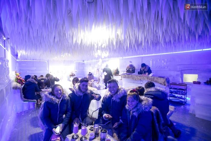 Không gian bên trong quán cà phê được làm hoàn toàn bằng băng.