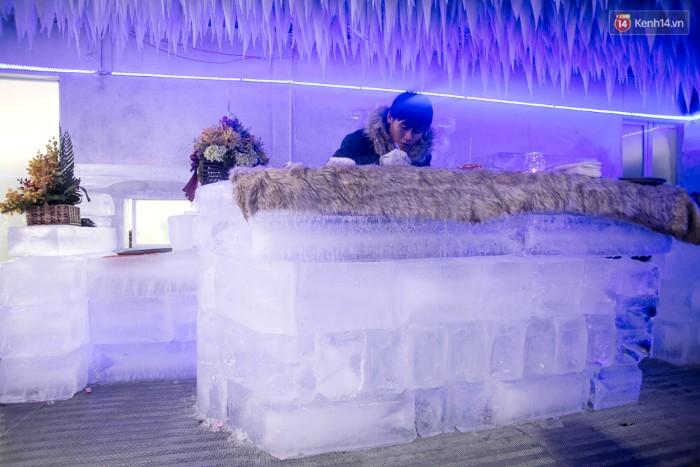 Quầy bar của quán cũng được làm từ những tảng băng xếp chồng lên nhau.