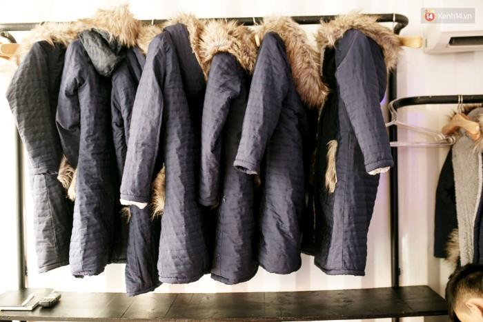 Trước khi vào bạn phải choàng một chiếc áo khoác lông để giữ nhiệt.