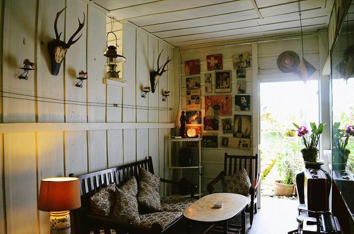 Điểm cộng cho không gian của Home là những chậu kiểng, hoa tươi bày trí ở các ngóc ngách.