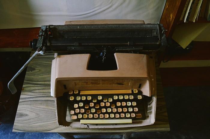 Ở một góc khác của quán là máy đánh chữ đã bám bụi thời gian.
