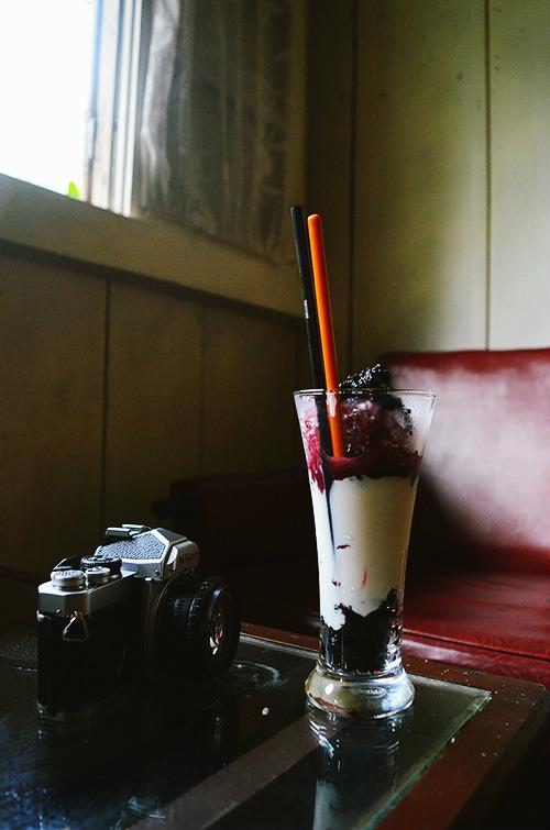 Thực đơn ở quán khá đa dạng khi có đủ các món được làm từ cà phê cho đến trái cây. Nổi bật là món sữa chua dâu tằm.
