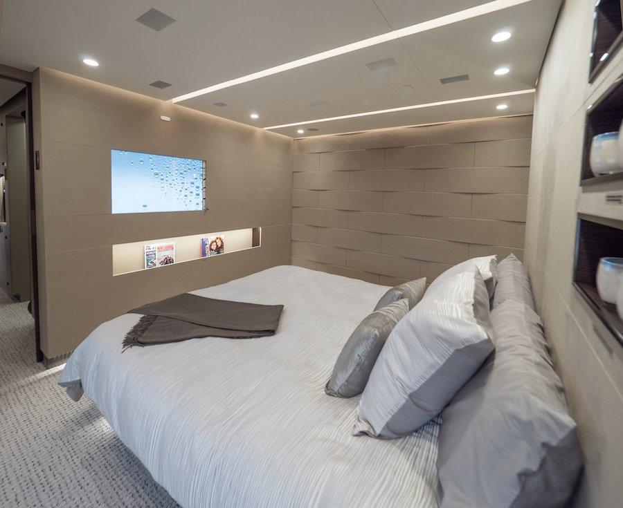 Phòng ngủ được chia thành nhiều gian và hoàn toàn tách biệt với phần còn lại của máy bay.