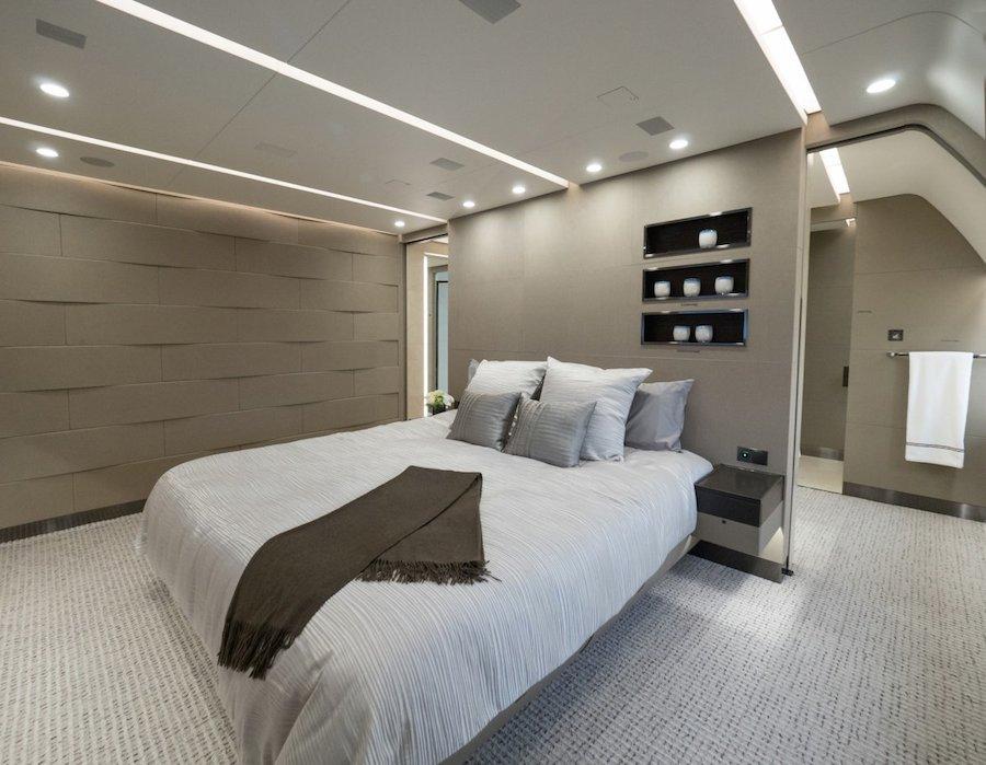 Chiếc giường lớn sang trọng, được thiết kế để trở thành một ốc đảo yên lặng