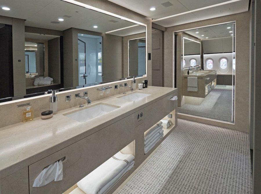 Nhà tắm ốp đá cẩm thạch chia làm 2 phần dành cho nam và nữ.