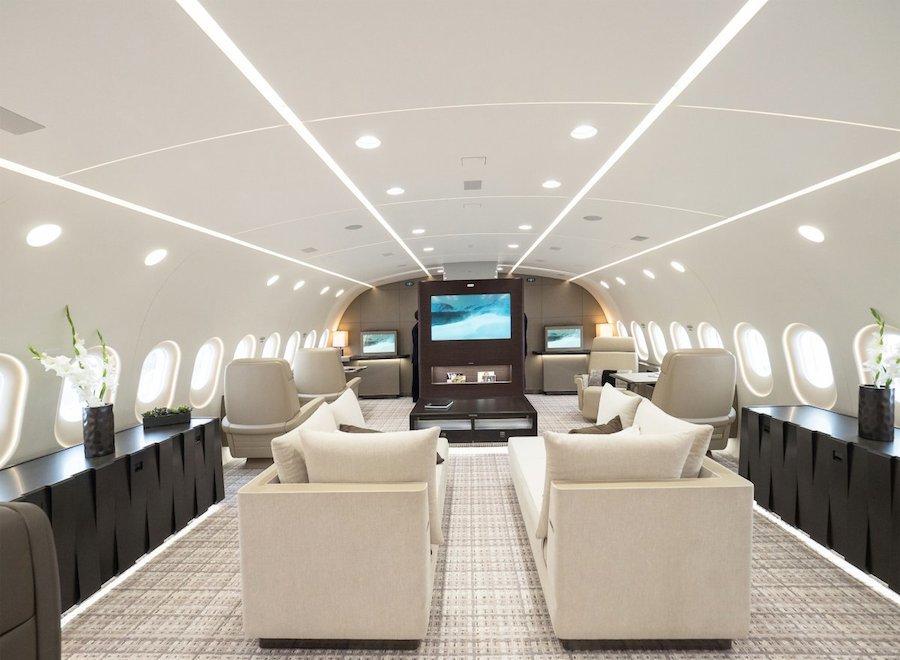 Phòng chờ chính trên máy bay sử dụng gam màu sáng để tạo sự khác biệt. Mỗi ghế sofa được tích hợp màn hình 24 inch để phù hợp sở thích giải trí của mỗi người