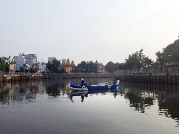Tour du lịch sông nước này cho bạn cảm giác Sài Gòn bình yên và trầm mặc từ giai điệu từ chiếc kèn harmonica, những câu hát đờn ca tài tử. Thuyền xuất bến ở bến thuyền Lê Văn Sỹ (quận 3) hoặc bến Thị Nghè (quận 1), đưa bạn đi 4,5 km trên dòng kênh Nhiêu Lộc uốn lượn quanh co theo những thăng trầm của Sài Gòn. Giá cho một người đi trên thuyền Phụng (3-5 người/ thuyền) là 220.000 đồng và vé trên thuyền Qui (10-22 người/ thuyền) là 110.000 đồng. Ảnh:Thảo Nghi.
