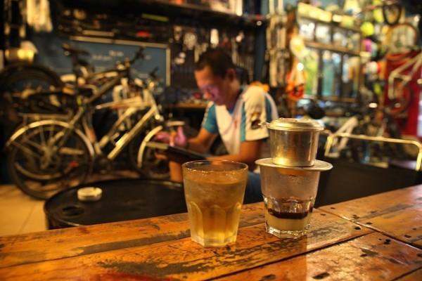 Không chỉ là thức uống, cà phê còn trở thành một nét văn hóa của người Sài Gòn. Đến nơi này lần đầu, hãy thử cảm nhận nhịp sống ấy qua những phong cách uống cà phê khác nhau. Sáng ngồi cà phê cóc ở vỉa hè, nghe người Sài Gòn bàn về mẩu tin trên tờ báo mới, trưa ghé quán cà phê của những người yêu nhiếp ảnh hay mê xe độ để thêm kết nối đam mê. Sài Gòn xưa trong quán cà phê vợt 50 năm không ngủ cũng là nét văn hóa bạn nên trải nghiệm. Ảnh:Tâm Bùi.