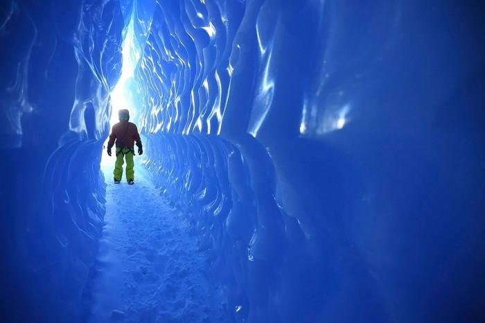 Khám phá hang động băng tuyệt đẹp - Ảnh: White Desert