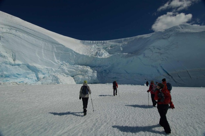 Chinh phục dãy núi tuyết khổng lồ - Ảnh: White Desrt