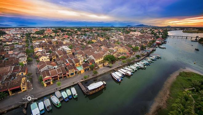 Du khách có thể chọn một tour ngồi thuyền đi trên dòng sông Thu Bồn bên cạnh việc đạp xe quanh các ngõ, hẻm.