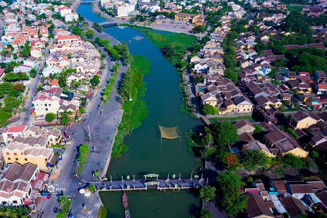 So với mạn đường Bạch Đằng, qua cầu An Hội sang bên kia sông, mạn đường Nguyễn Phúc Chu, không gian có phần rộng rãi, thoáng mát hơn. Đây là nơi thường diễn ra các lễ hội, trò chơi hoặc triển lãm nhờ khoảng sân rộng.