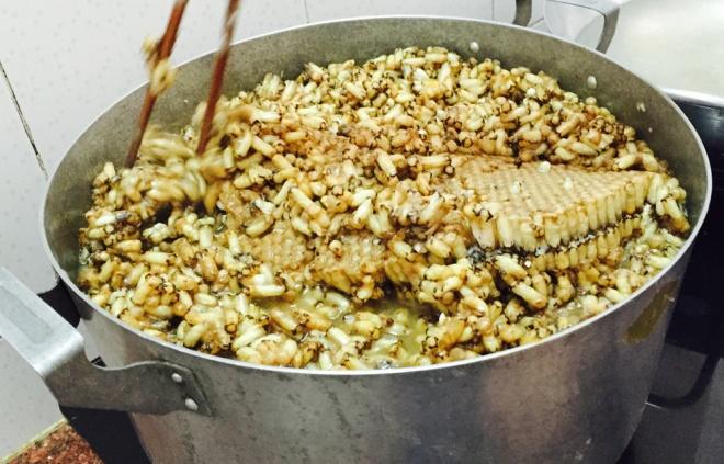 Khi lấy tổ ong về, người ta cắt miếng vừa phải rồi thả vào nồi nước sôi. Lúc này, người làm phải đảo đều vừa để ong chín mà không nát, vừa làm phần sáp tan chảy.