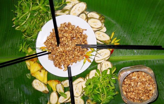 Mắm ong thường được ăn kèm chuối chát, khóm, rau ngò ôm.