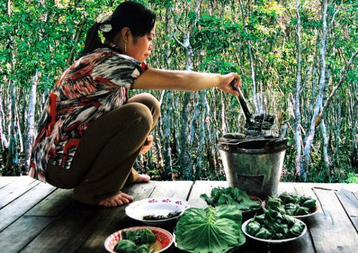 Mắm ong cũng được gói trong lá mướp rồi đem nướng trên lửa than, tạo hương vị độc đáo.