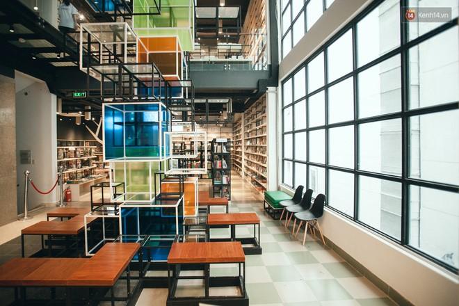 Điểm đặc biệt của nhà sách này đó chính là nằm ở điểm thiết kế về không gian, nội thất và ánh sáng.