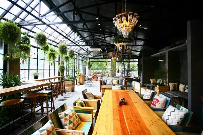 Nằm ở phố Vạn Bảo, ngay góc đường sát với Kim Mã, Gardenista café không phô trương mà ẩn mình sau khoảng sân rộng. Ít người đi qua để ý thấy có quán café nhưng những ai đã tới đây thì đều thân thuộc.