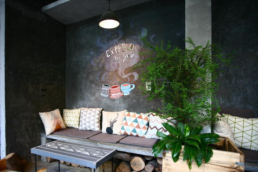 Cây xanh còn hiện diện nhiều góc trong nhà, được trồng trong những thùng gỗ.