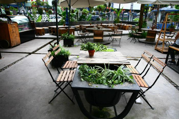 Ngoài sân là không gian dành cho những ai thích sự rộng rãi, thoáng đãng. Quầy bar đặt ở đây và khách phải order trước tại quầy. Giá café khoảng 30.000 đồng một ly.