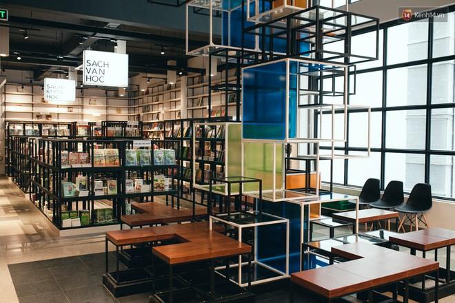 Một góc tại khu trưng bày sách với những thiết kế hình khối vô cùng lạ mắt.