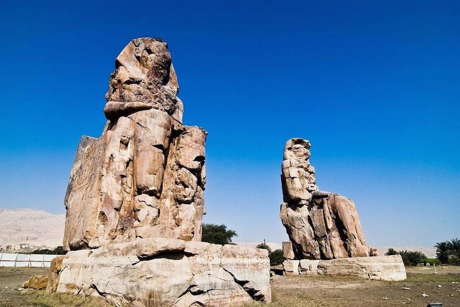 Memnon là cặp tượng đá khổng lồ nằm ở bờ tây sông Nile, đối diện thành phố hiện đại bậc nhất Ai Cập – Luxor.