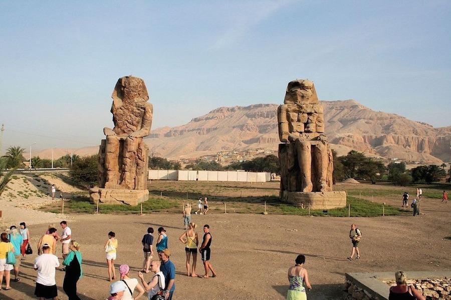 Hai bức tượng được tạc trong tư thế ngồi, hai tay đặt trên đầu gối còn gương mặt hướng về phía sông Nile.