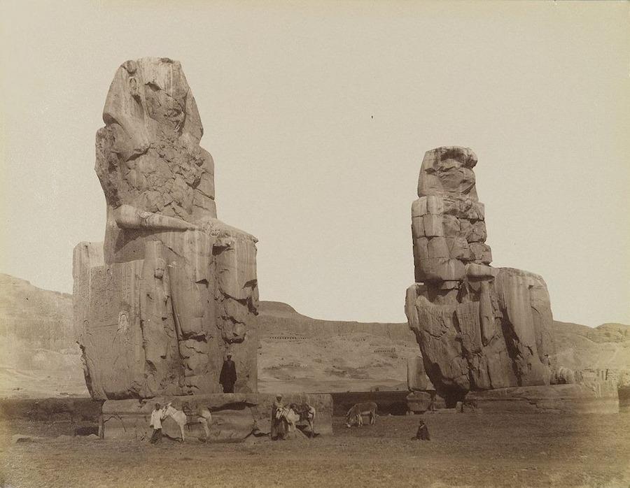 Có một truyền thuyết thú vị đằng sau hai bức tượng Memnon. Năm 27 TCN, một trận động đất lớn xảy ra đã phá hủy pho tượng phía bắc, khiến nó bị sụp đổ từ phần thắt lưng trở xuống và nứt nửa thân dưới.