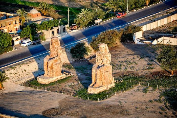 Theo sách cổ, âm thanh bức tượng phát ra giống như tiếng gió. Tuy nhiên nhiều du khách Hy Lạp lại ví như chuỗi âm thanh của đàn lia, người khác lại mô tả giống như tiếng sáo.