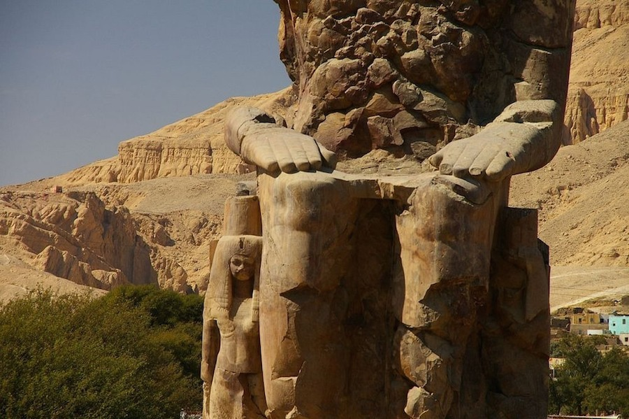 Trong suốt 2 thế kỷ, cặp tượng đá biết hát đã mang đến hàng nghìn du khách từ những vùng đất xa xôi, trong đó có nhiều vị hoàng đế La Mã. Nhiều dòng chữ khắc lại bên trái bức tượng khẳng định họ nghe thấy âm thanh kỳ lạ. Nhiều văn tự vẫn còn đọc được cho tới ngày nay