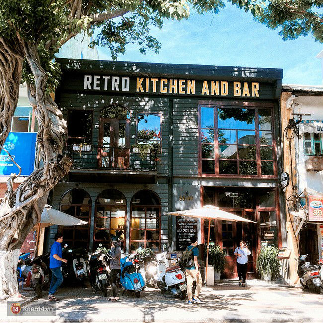 Retro Kitchen and Bar nhìn từ bên ngoài đã cảm thấy ngay một nét Tây phương.