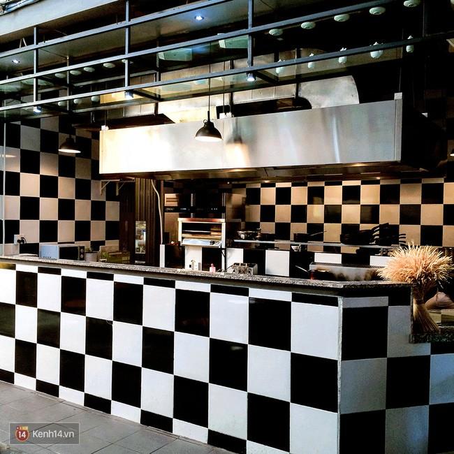 Khu vực bếp mở bạn có thể dễ dàng nhìn thấy các món ăn của mình được chế biến ngay tại đây.