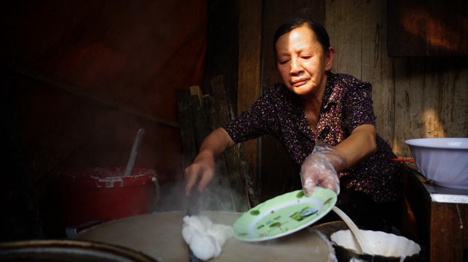 Một điều đáng nhớ khác là món bánh cuốn nóng tại phố cổ Đồng Văn của bà chủ đã bán 50 năm. Hai vợ chồng ông bà sống trong ngôi nhà đất cổ, ông bán hàng nước, bà bán bánh. Như một thú vui của tuổi già được bán món bánh tự tay làm ra, còn người ăn được thưởng thức món bánh dân dã này thì không thể nào quên.