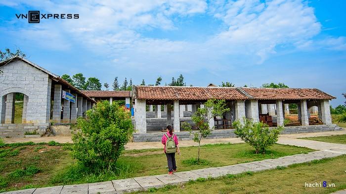 Nằm tại thôn Đồng Mô, Sơn Tây, cách trung tâm Hà Nội 50 km, làng văn hóa các dân tộc Việt Nam được xây dựng trên diện tích hàng ngàn hecta với địa hình gồm đồi, núi, thung lũng, hồ nước đan xen