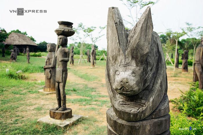 Cụm các làng dân tộc II gồm cảnh quan và các công trình văn hóa đặc trưng của 18 dân tộc vùng Nam Trung Bộ và Tây Nguyên thuộc hệ ngôn ngữ Môn – Khmer, Nam Đảo
