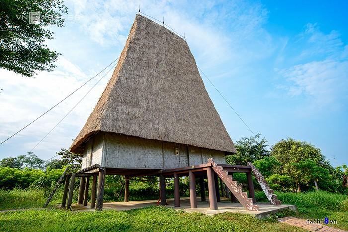 Một ngôi nhà rông của người dân tộc Ê Đê được dựng trên khoảng đất rộng rãi và thoáng mát, khách tham quan có cảm giác đang thăm thú Tây Nguyên ngay gần Hà Nội.