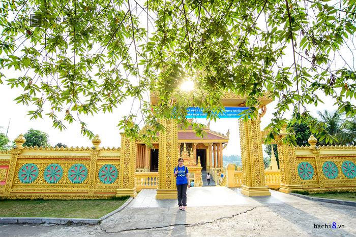 Không cần phải vào Nam Bộ, du khách vẫn có thể chụp ảnh cùng với chùa Khmer và tháp Chăm. Ngôi chùa phủ một màu vàng lộng lẫy bên hồ nước Đồng Mô.