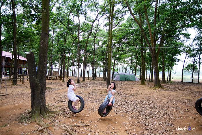 Tại đây cũng có khu nhà nghỉ. Ngay cạnh là khu cắm trại Sơn Tinh Camp bên hồ Đồng Mô rất thoáng mát, cánh rừng ở đảo Sơn Tinh với nhiều dịch vụ thích hợp cho hoạt động vui chơi theo nhóm
