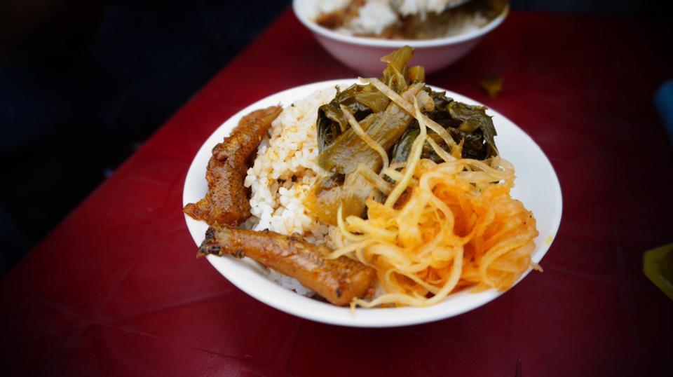 Cơm mắm cá cũng chỉ có giá 5.000 đồng. Đây là món ăn ít người biết đến, kể cả khi bạn là người du lịch sành sỏi cũng khó tìm được địa điểm bán. Phương Chíp bật mí món ăn dân dã này bán ở đường Thái Phiên giao Nguyễn Trường Tộ.