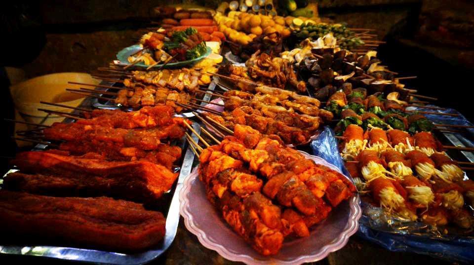 Ở Sa Pa, cô chọn món phở với tương ớt Mường Khương tự làm có giá 40.000 đồng. Ngoài ra, cô gái còn thưởng thức cả những xiên thịt nướng trên phố đi bộ với giá 15.000 đồng.
