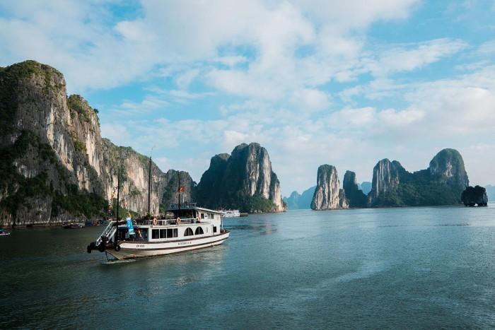 Lênh đênh trên thuyền khám phá Hạ Long