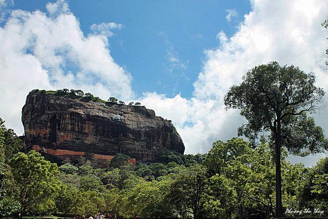 Sigiriya là khu phế tích của một cung điện, đồng thời là thành cổ xây dựng trên một núi đá hình sư tử (cao 370 m) dưới triều đại vua Kassapa I (477 - 495), được UNESCO công nhận là di sản văn hóa thế giới vào năm 1982.