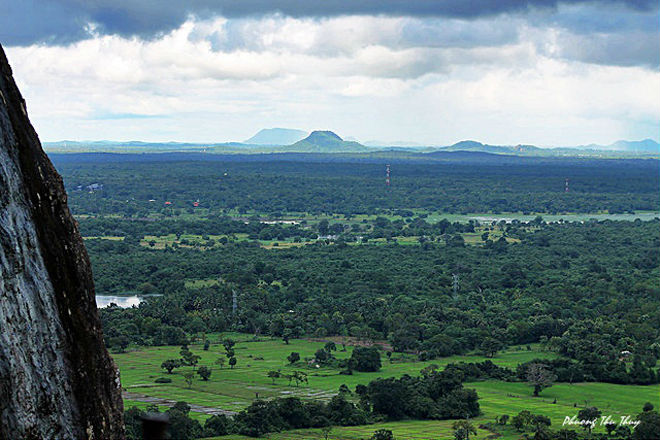 Sau khi đi qua các pháo đài, cung điện, khuôn viên rộng lớn, hồ nước và chuỗi các đường hầm, cầu thang đi bộ bằng đá granite, thạch cao... bạn sẽ lên đến đỉnh ngọn núi sư tử Sigiriya, lúc này bạn có thể phóng tầm mắt ngắm một màu xanh ngắt bao la của rừng núi Sri Lanka.