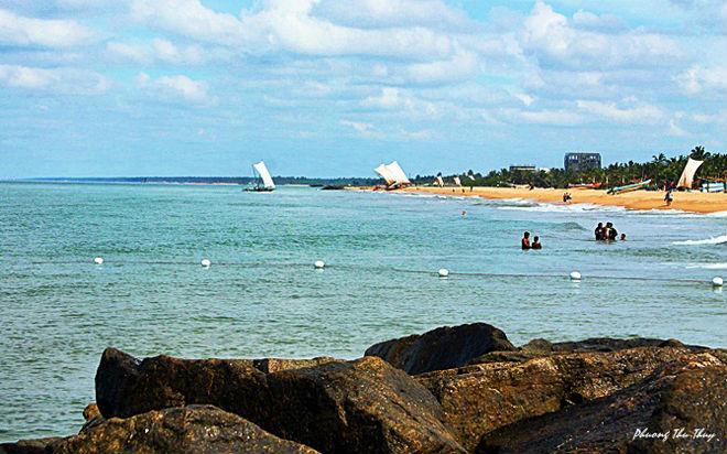 Những bãi biển của Sri Lanka được các tín đồ của bộ môn lướt sóng công nhận là thiên đường lướt sóng với nước biển màu xanh ngọc bích, cát trắng và những rặng dừa chạy dài, những rạn san hô đầy màu sắc. Đây thực sự là một địa điểm du lịch không thể bỏ qua.