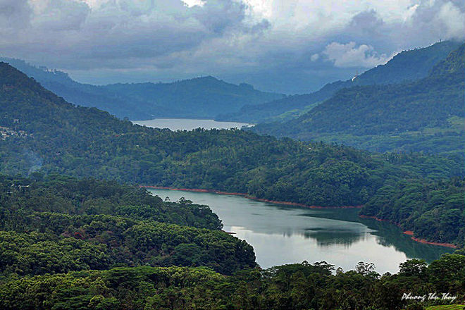 Sri Lanka không chỉ nổi tiếng với những bờ biển dài mà còn được cả thế giới biết đến qua những đồi chè xanh mướt và trải dài đến tận chân trời.