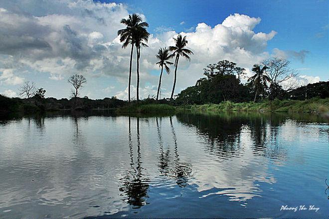 Ngay bên cạnh đền thờ cổ Dambulla là một hồ nước phẳng lặng yên bình soi bóng cả những cây dừa và nền trời xanh mây trắng. Khi đến đất nước Phật giáo này, bạn sẽ cảm nhận được nhịp sống chậm rãi và hài hòa của con người và thiên nhiên khắp mọi nơi.