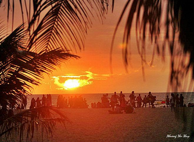 Chiều về, người dân và cả du khách sẽ tập trung về các bãi biển để ngắm hoàng hôn, cùng chơi bóng chuyền, bóng đá bãi biển và cả mua bán những mặt hàng lưu niệm đơn giản được làm thủ công từ vỏ ốc, vỏ sò hay gáo dừa...