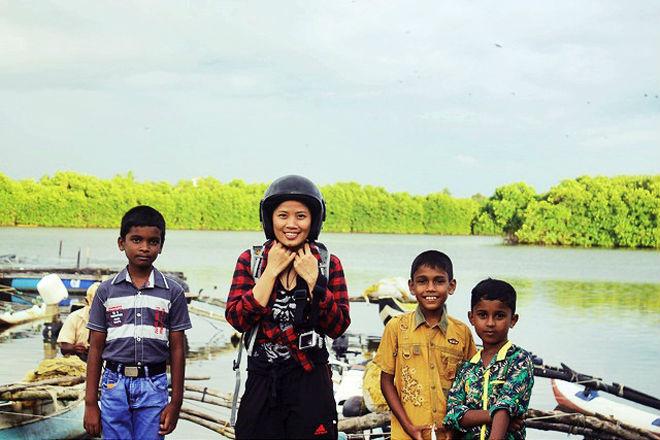 Những đứa trẻ hồn nhiên và rất tự nhiên vui đùa cùng du khách cũng như khi chụp ảnh chung. Trẻ em và cả người lớn ở Sri Lanka dường như không bao giờ tiết kiệm nụ cười đối với du khách phương xa.