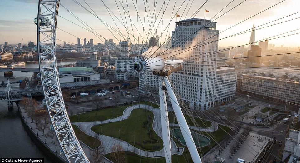 Vòng xoay London Eye cũng là một thử thách công việc khác của Thorsten và đội của anh.