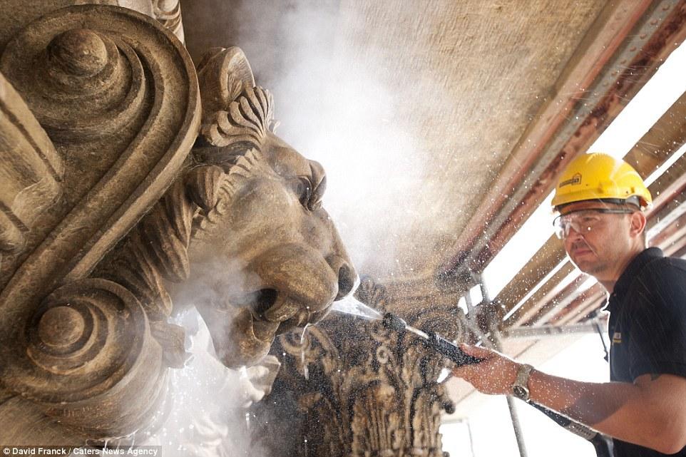 Mỗi dự án đơn lẻ lại có số lượng lớn người làm công việc này do các yêu cầu ở từng khâu khác nhau. Trong hình là một người đàn ông đang xả nước làm sạch Rạp hát quốc gia ở Prague, CH Czech.