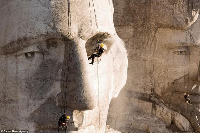 Dự án tôi thích nhất là làm ở núi Rushmore vào năm 2005. Có rất nhiều thử thách khi đó, không nguồn nước ở gần, không đường đi để tới tận đỉnh núi và công trình thì thật khổng lồ.